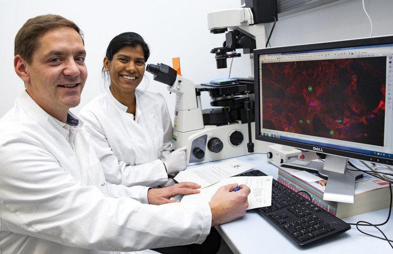 Dr. Christian Bär und die Doktorandin Shambhabi Chatterjee.